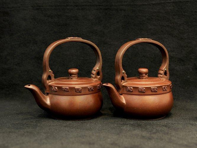 3012:Qian Hongxian, A pair of Teapot with overhead