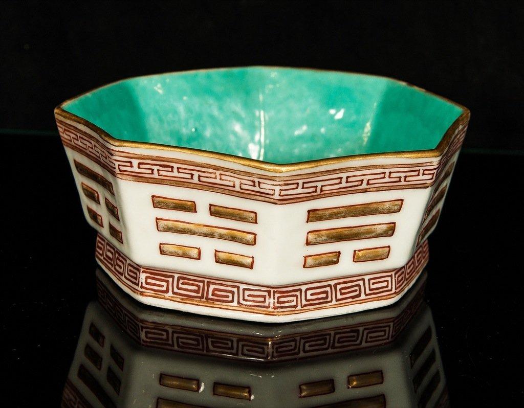 Qing Tongzhi. An octagon iron red - gilt bowl.
