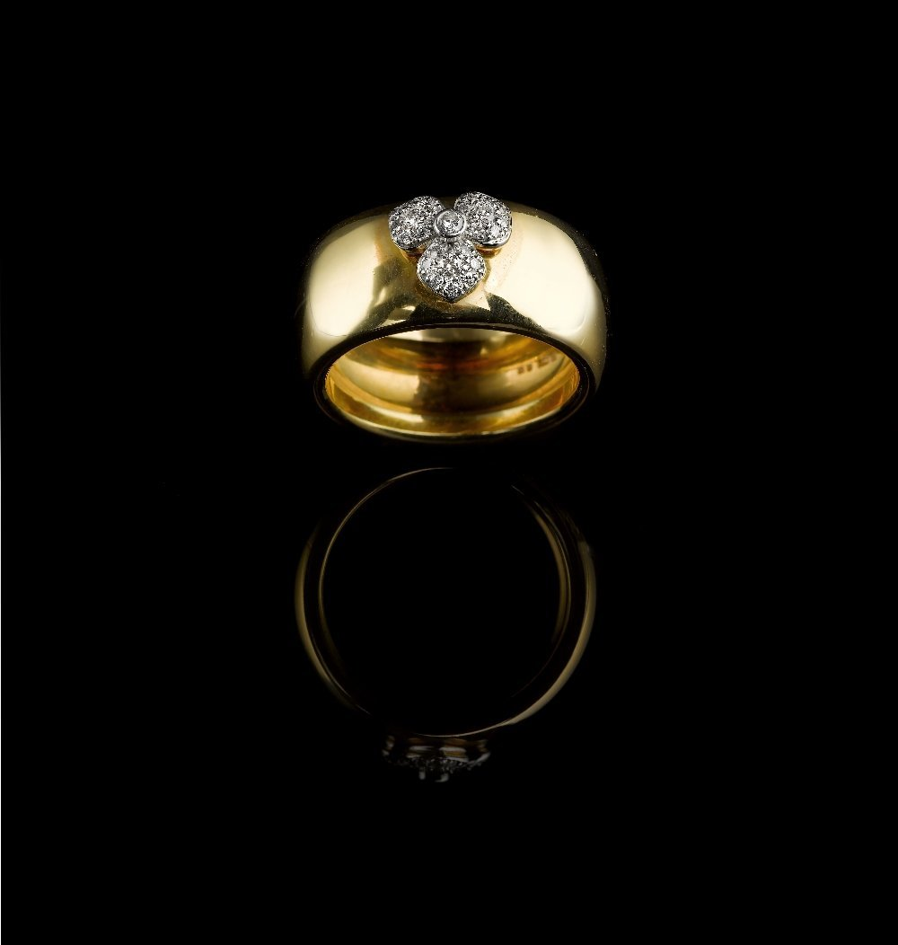 A DIAMOND AND GOLD RING, BY TIFFANY & Co