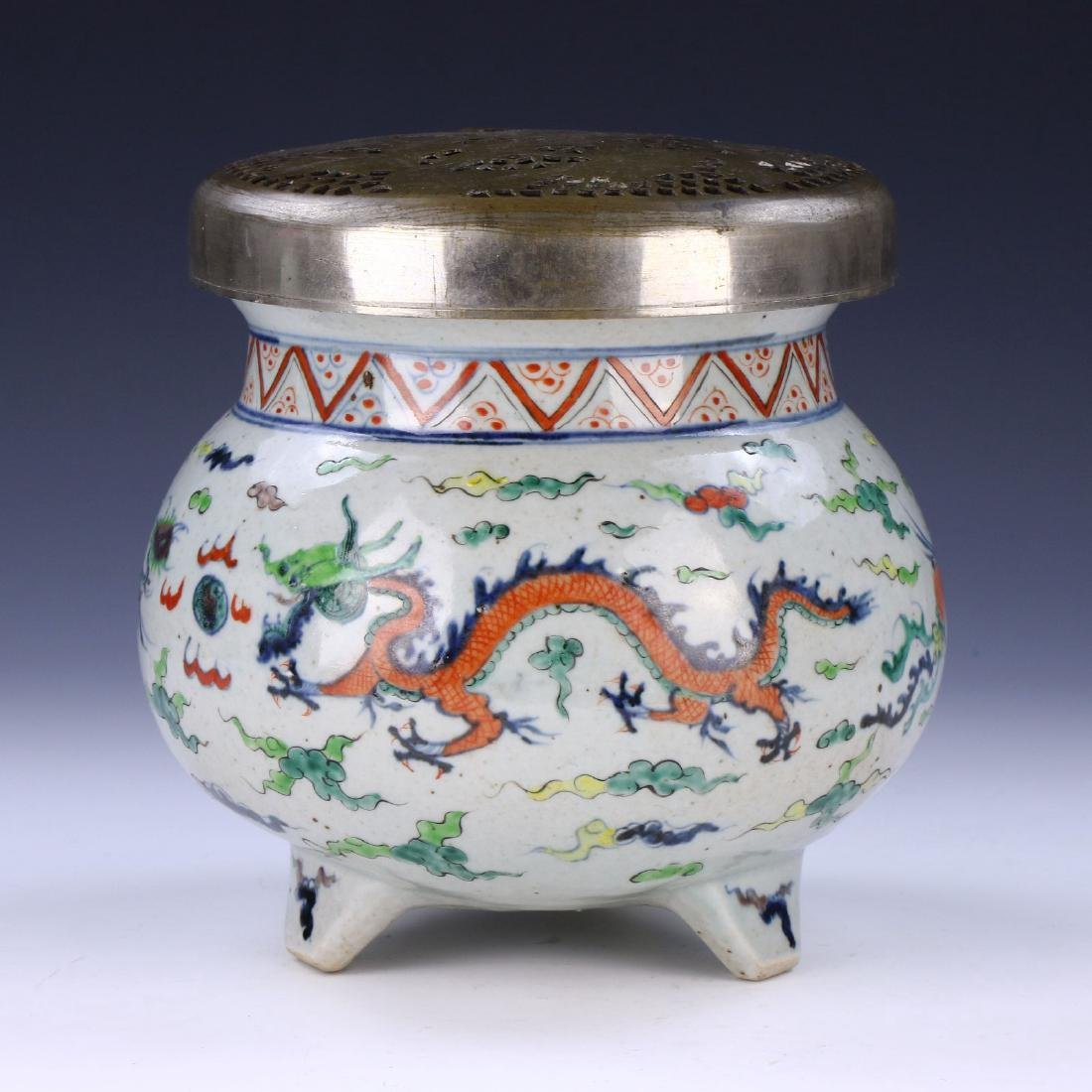 A CHINESE ANTIQUE FAMILLE ROSE LIDDED PORCELAIN TRIPOD