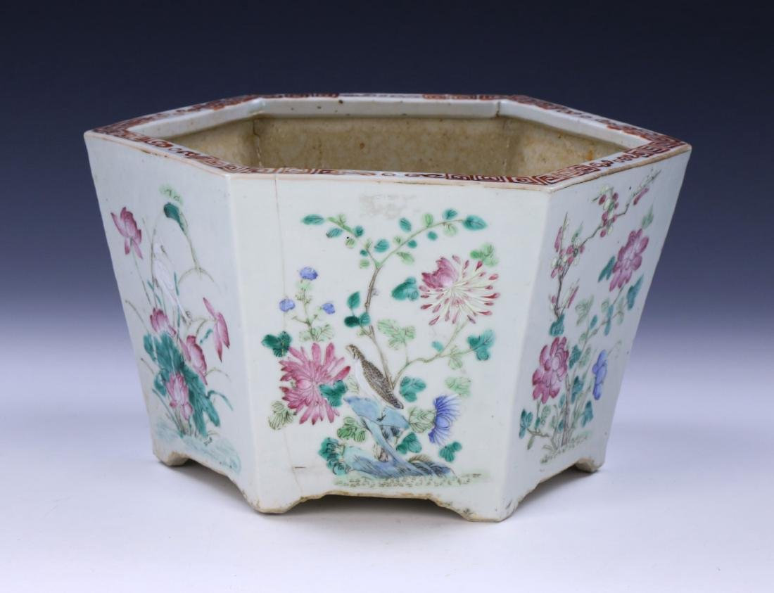 A CHINESE ANTIQUE FAMILLE ROSE PORCELAIN PLANTER