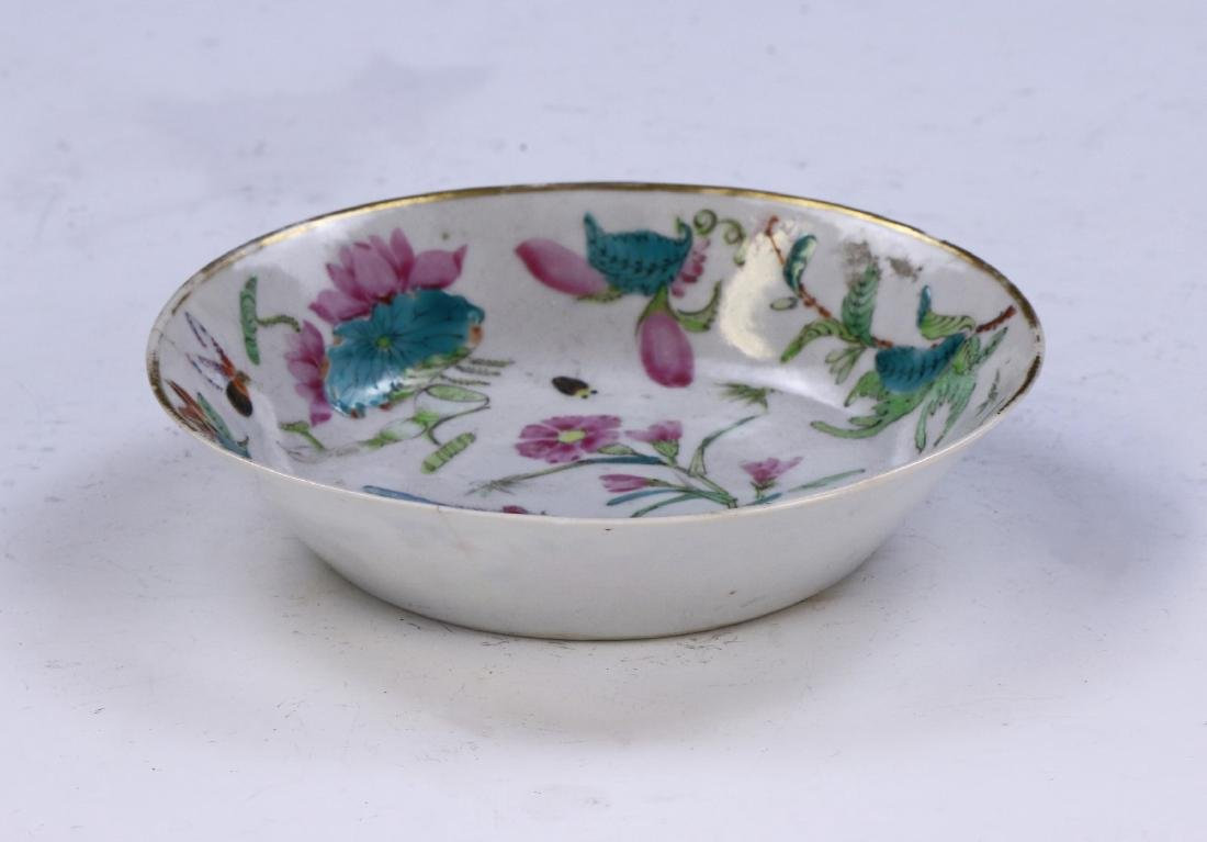 A CHINESE ANTIQUE FAMILLE ROSE PORCELAIN PLATE