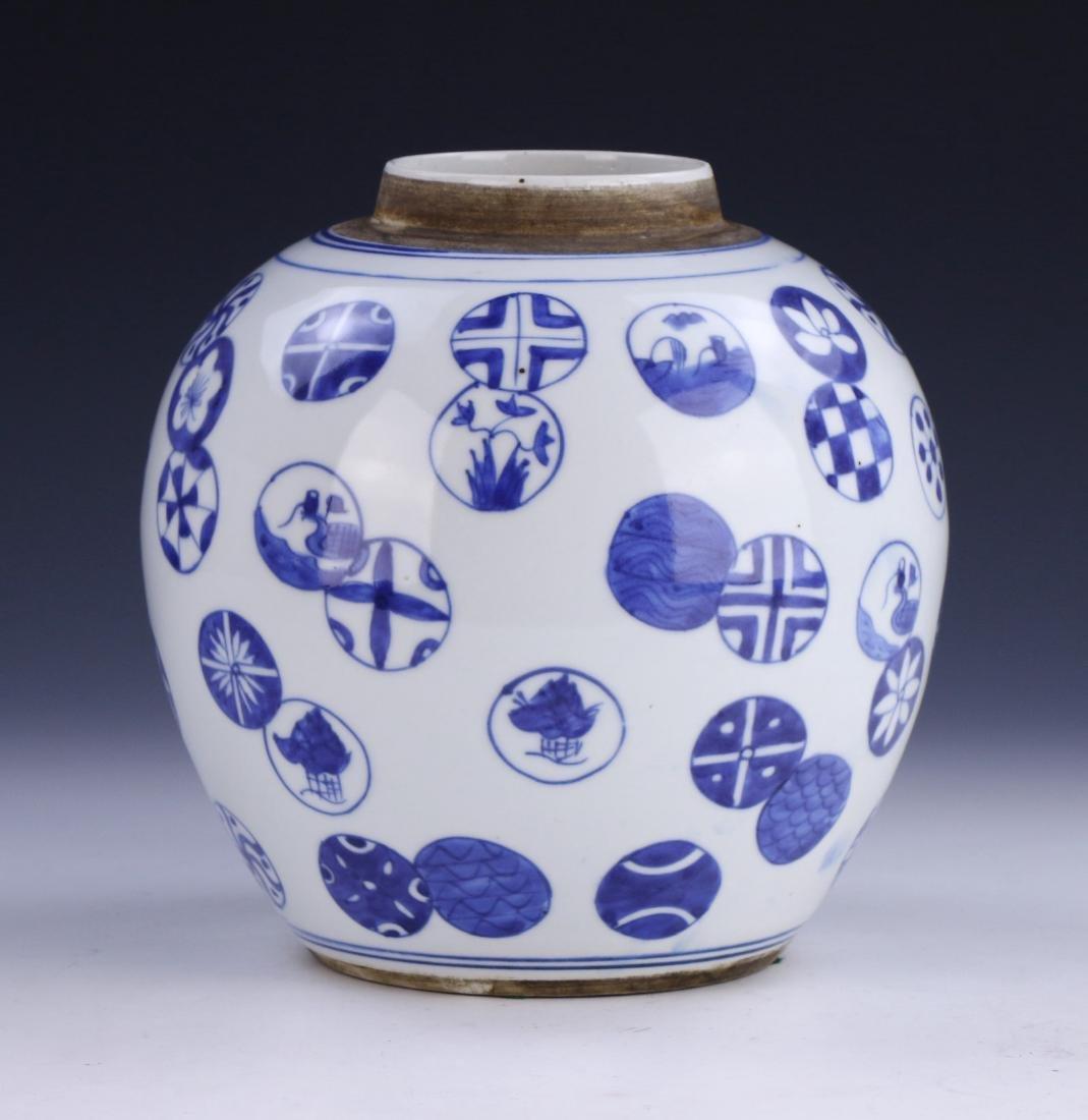 A CHINESE ANTIQUE BLUE & WHITE LIDDED PORCELAIN JAR