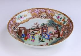 A CHINESE EXPORT FAMILLE ROSE PORCELAIN PLATE