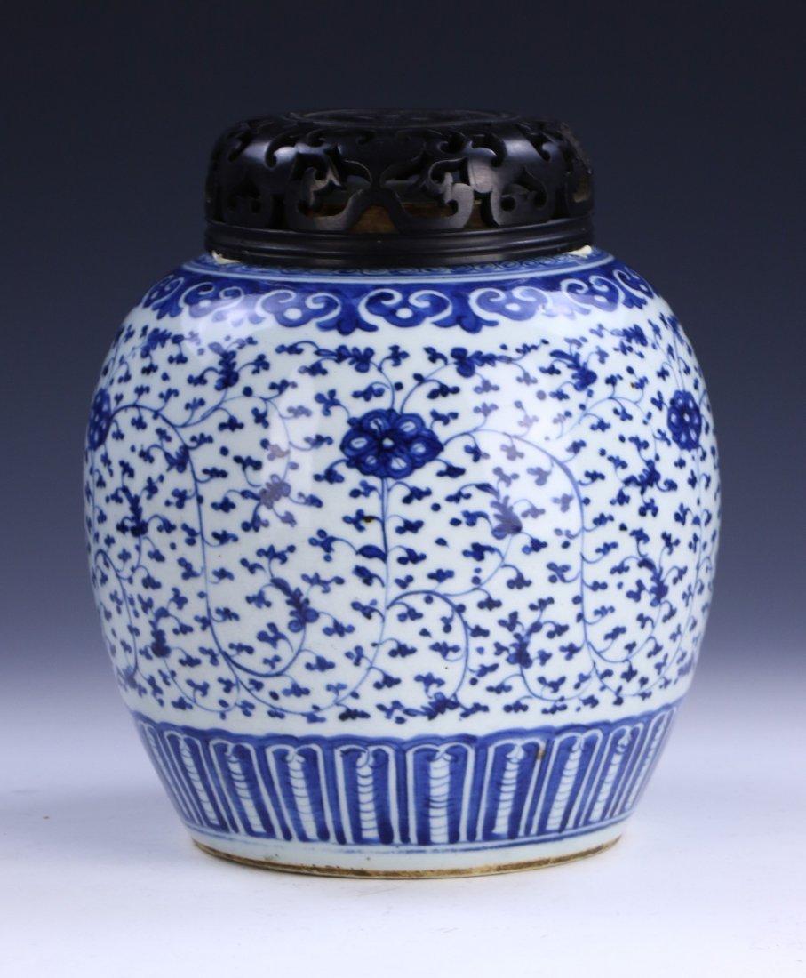 A CHINESE ANTIQUE BLUE & WHITE LIDDED PORCELAIN VASE