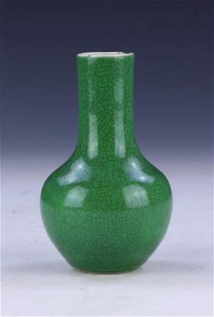 A CHINESE ANTIQUE GREEN GLAZED PORCELAIN VASE