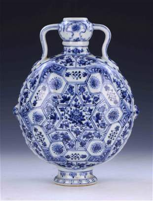 A CHINESE ANTIQUE BLUE & WHITE PORCELAIN MOON FLASK