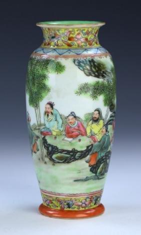 A CHINESE ANTIQUE FAMILLE ROSE EGGSHELL PORCELAIN VASE