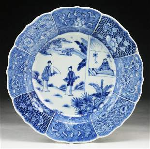 A CHINESE ANTIQUE BLUE & WHITE PORCELAIN PLATE