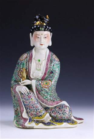 A CHINESE ANTIQUE FAMILLE ROSE PORCELAIN BEAUTY