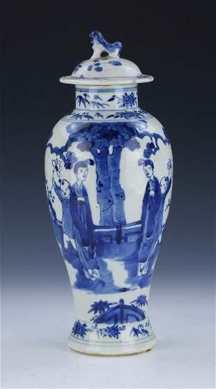 A CHINESE ANTIQUE BLUE WHITE LIDDED PORCELAIN VASE