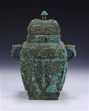 A CHINESE ANTIQUE BRONZE LIDDED VASE