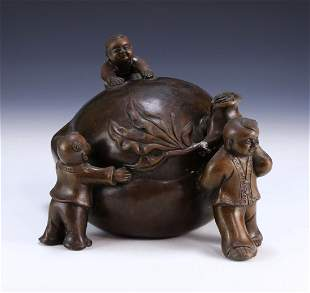A CHINESE ANTIQUE BRONZE CARVED FIGURE GROUP