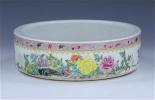 A CHINESE ANTIQUE FAMILLE ROSE PORCELAIN BRUSH WASHER