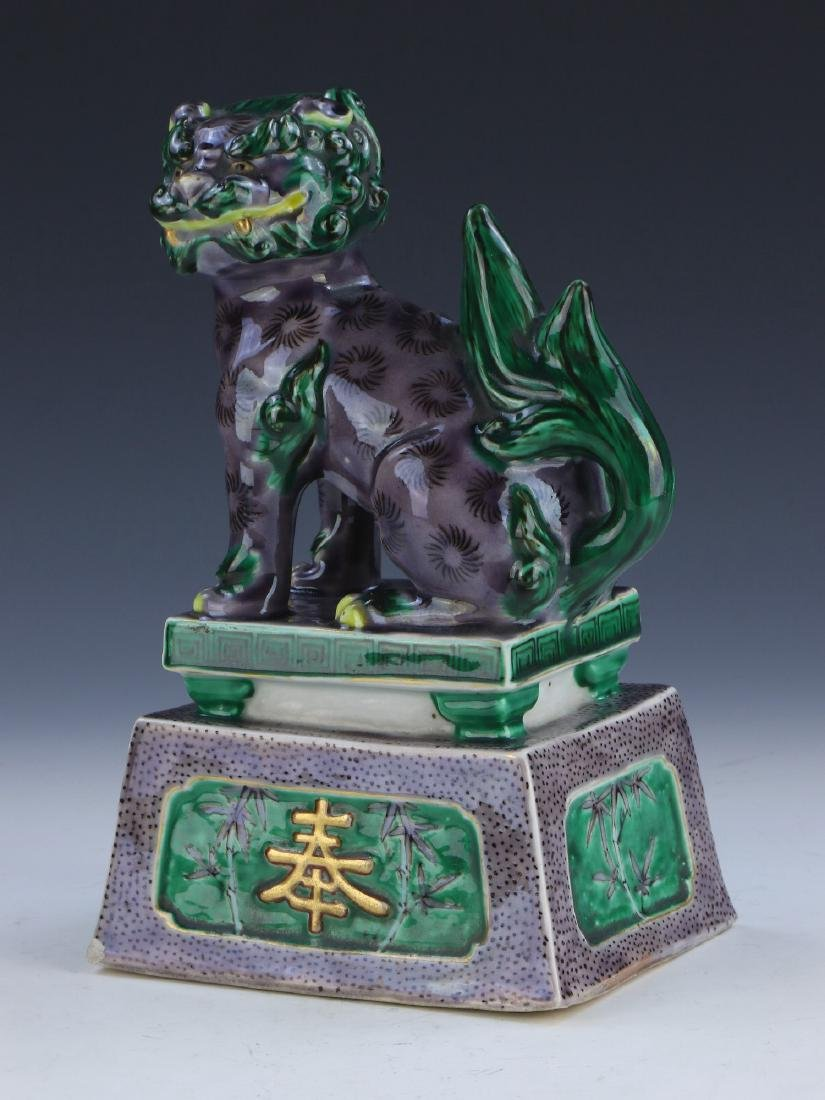 A CHINESE ANTIQUE GREEN & PURPLE GLAZED PORCELAIN LION