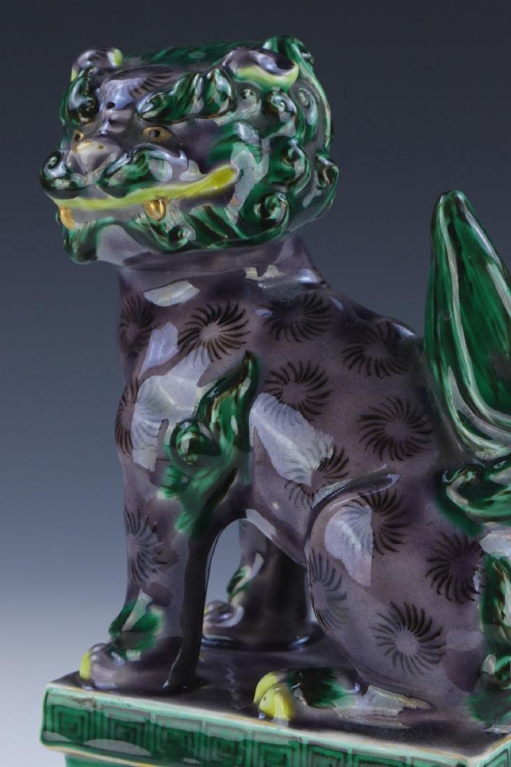 A CHINESE ANTIQUE GREEN & PURPLE GLAZED PORCELAIN LION - 3