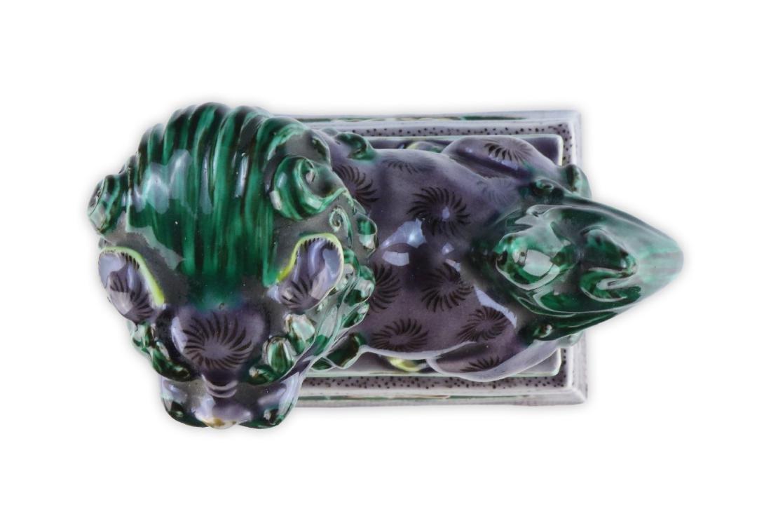 A CHINESE ANTIQUE GREEN & PURPLE GLAZED PORCELAIN LION - 4