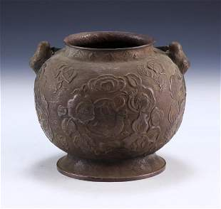 A CHINESE ANTIQUE BRONZE VASE