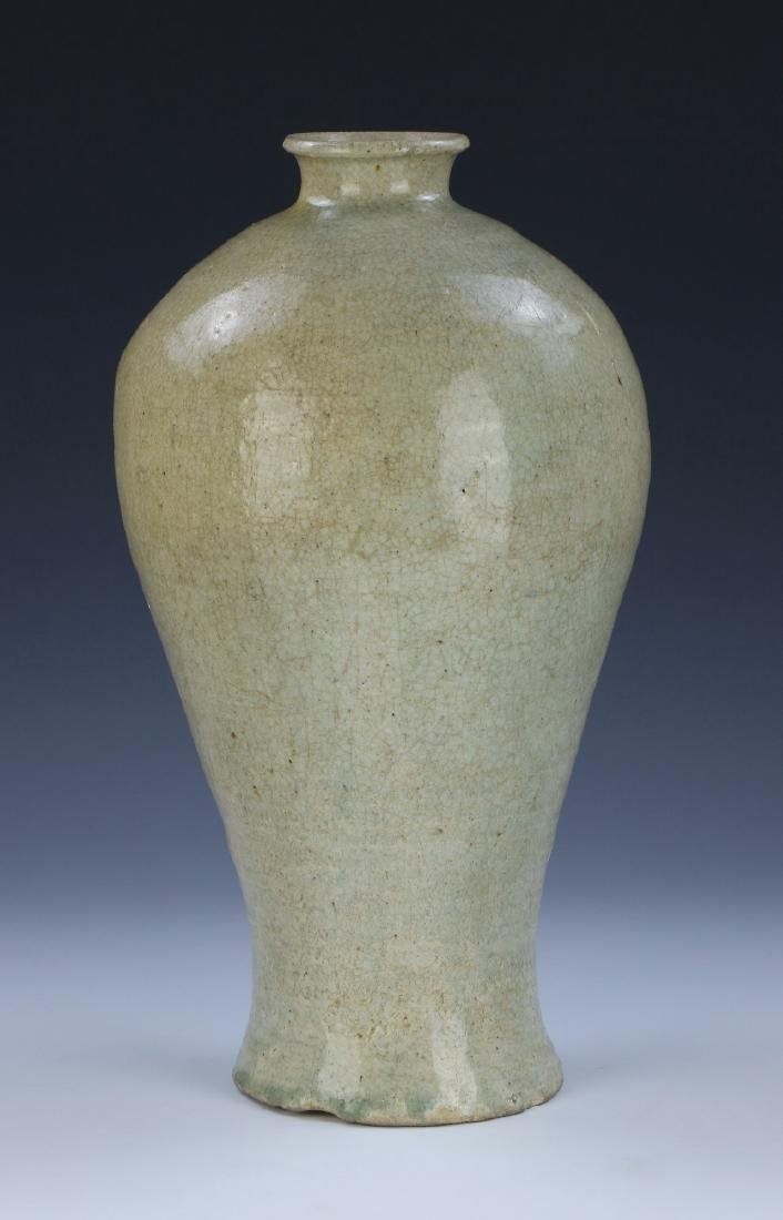 A CHINESE ANTIQUE CELADON GLAZED PORCELAIN VASE