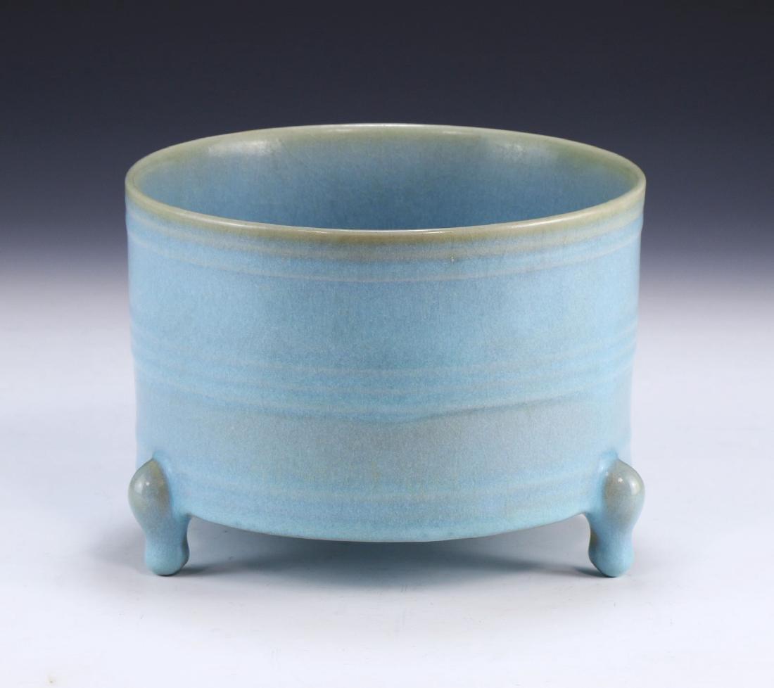 A CHINESE ANTIQUE BLUE GLAZED TRIPOD PORCELAIN WASHER
