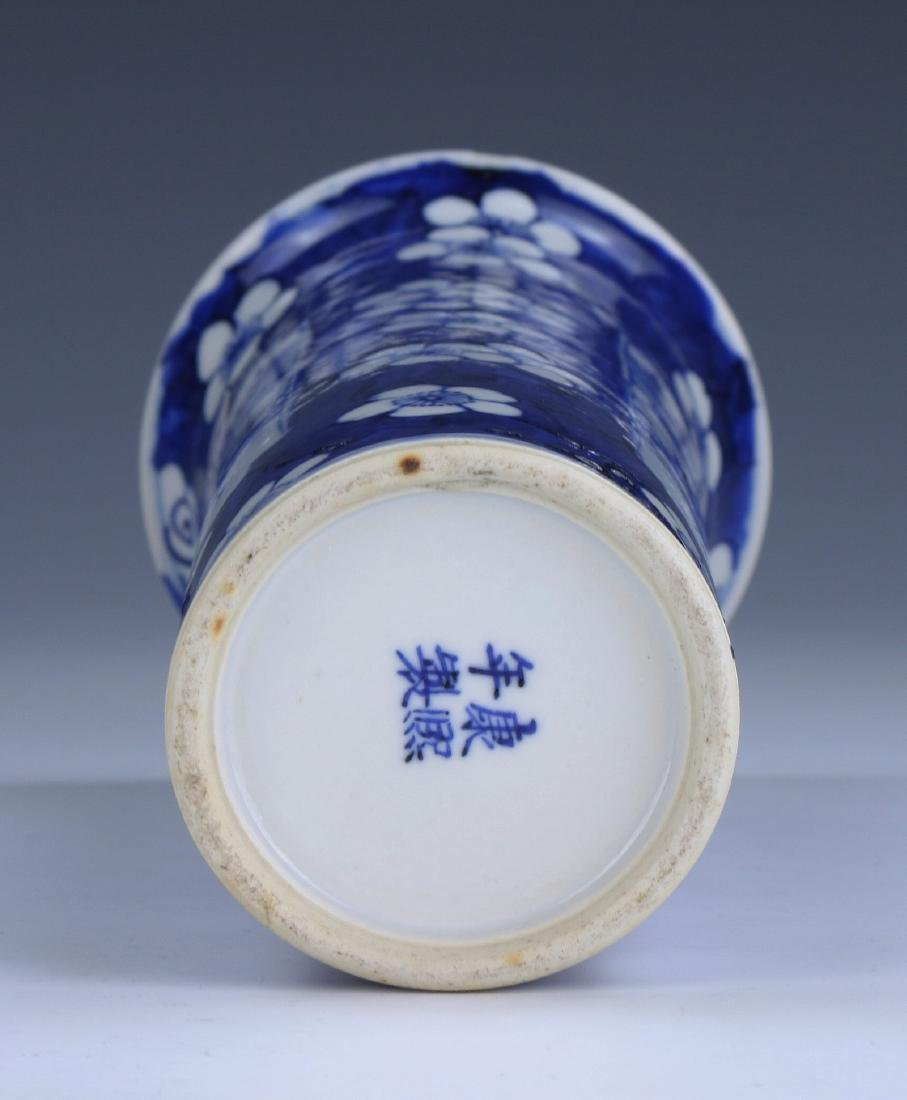 A CHINESE ANTIQUE BLUE & WHITE PORCELAIN VASE - 4