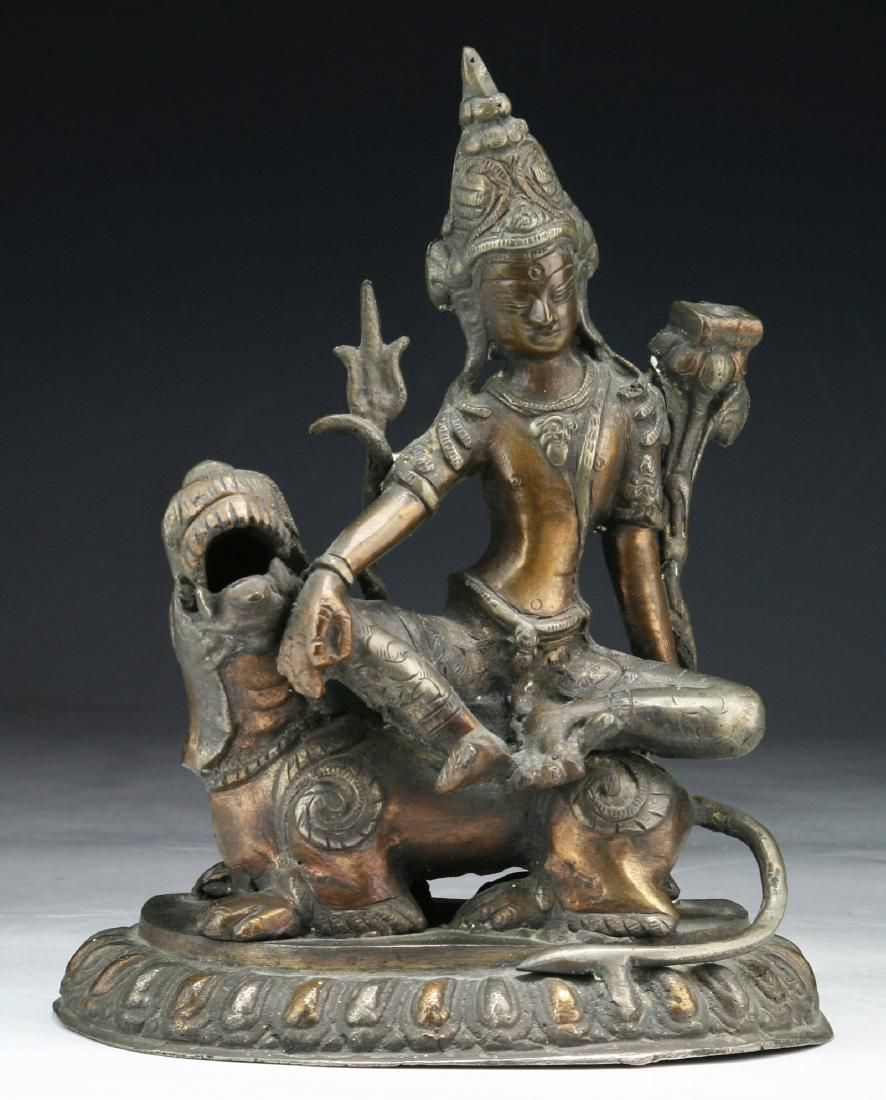 A CHINESE ANTIQUE BRONZE CARVED FIGURE