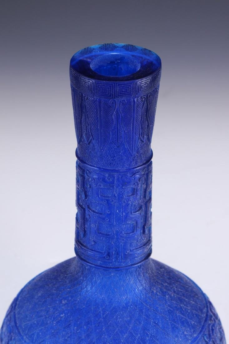 A CHINESE ANTIQUE BLUE PEKING GLASS VASE - 3