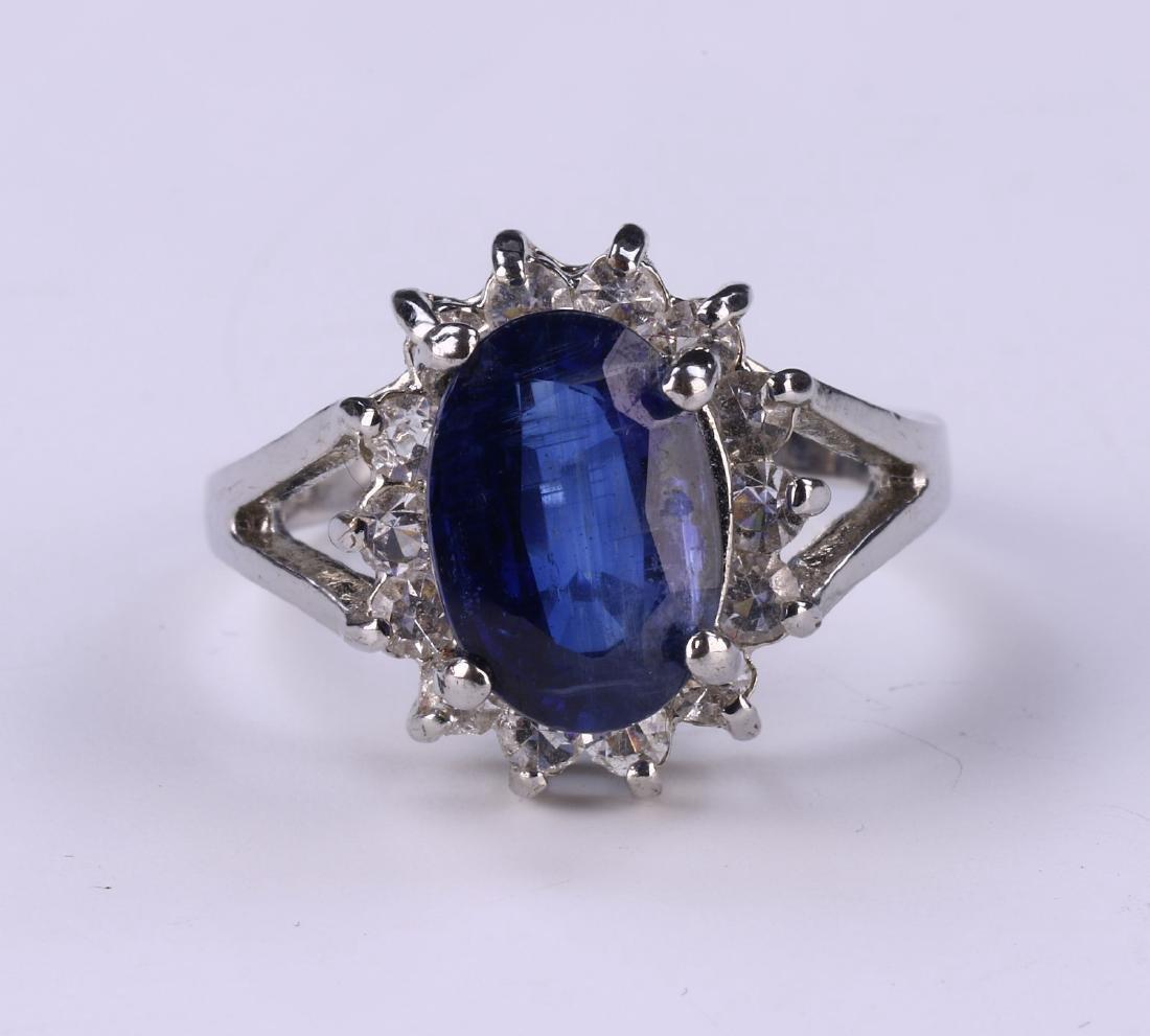 A BLUE SAPPHIRE RING - 2