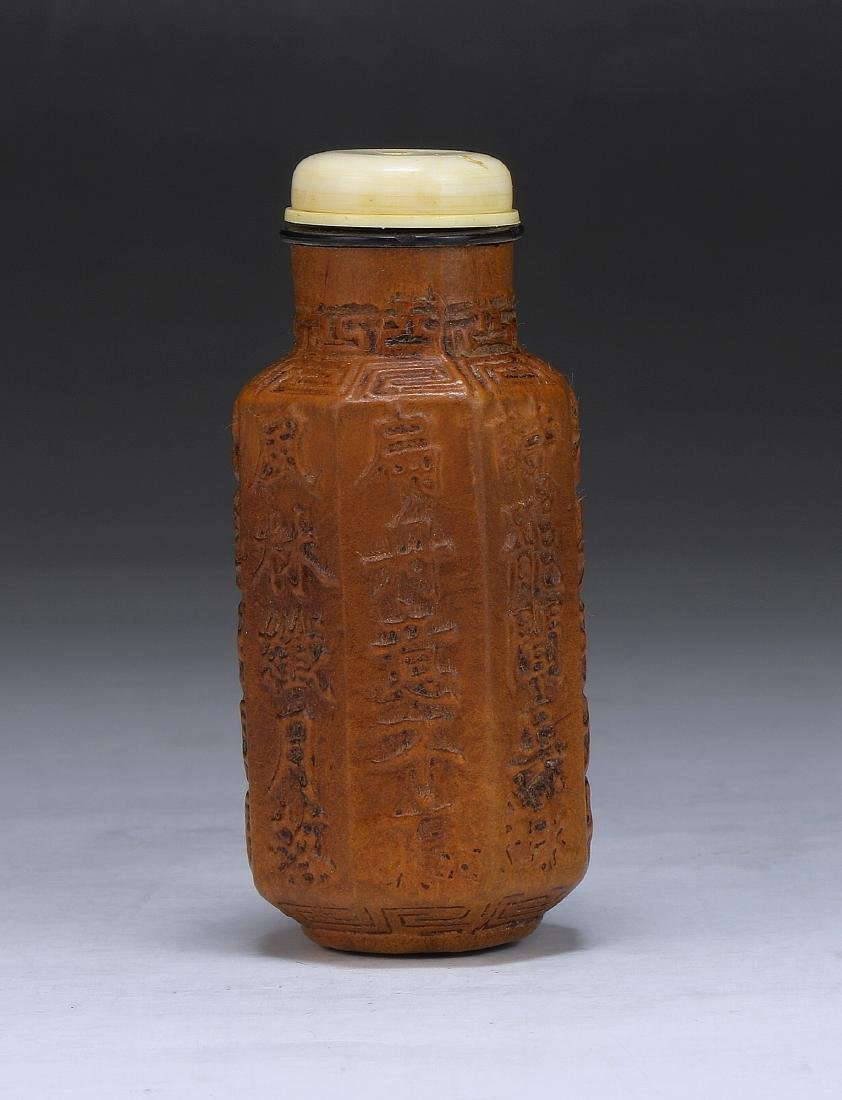 A CHINESE GOURD CARVED SNUFF BOTTLE - 2