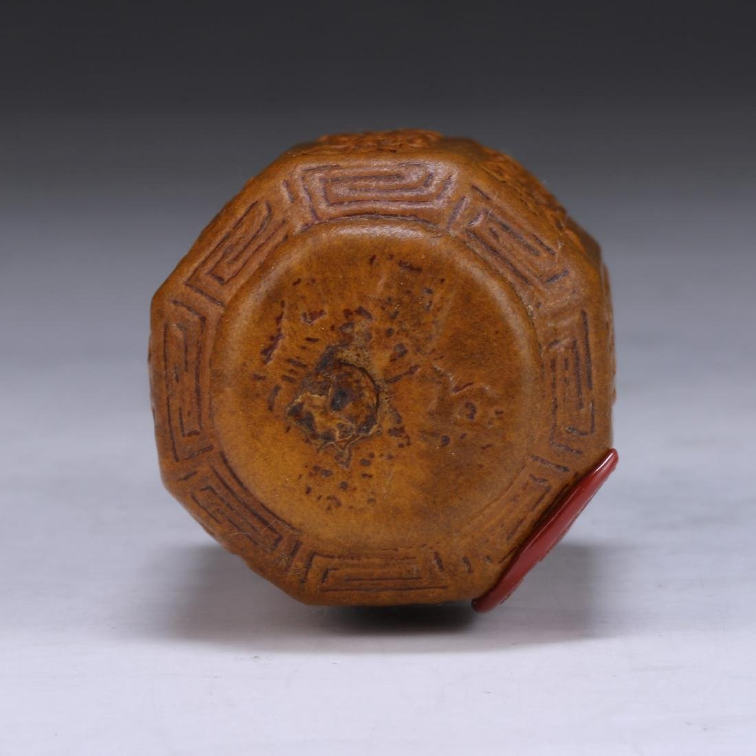 A CHINESE GOURD CARVED SNUFF BOTTLE - 3