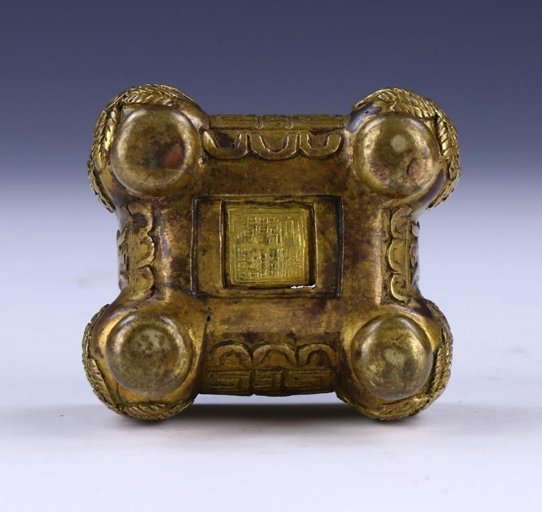 A CHINESE LIDDED BRONZE CASE - 4