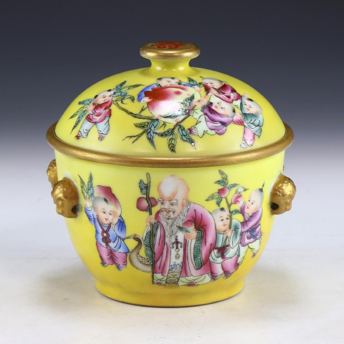 A CHINESE FAMILLE ROSE PORCELAIN LIDDED JAR
