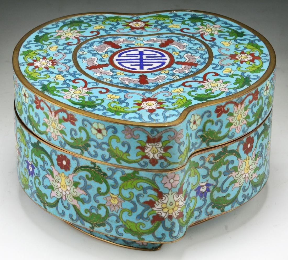 A FINE CHINESE CLOISONNE ENAMEL BOX