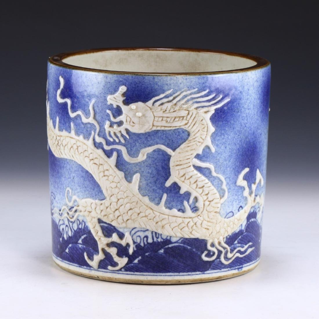 A CHINESE BLUE & WHITE PORCELAIN BRUSHPOT