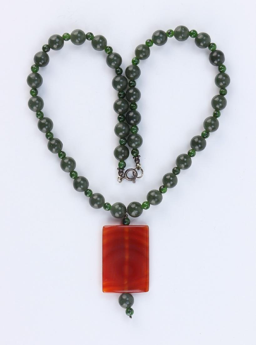 A SPINACH JADE BEAD NECKLACE WITH CARNELIAN AGATE