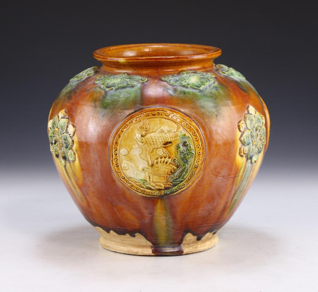 A CHINESE SANCAI GLAZED PORCELAIN VASE