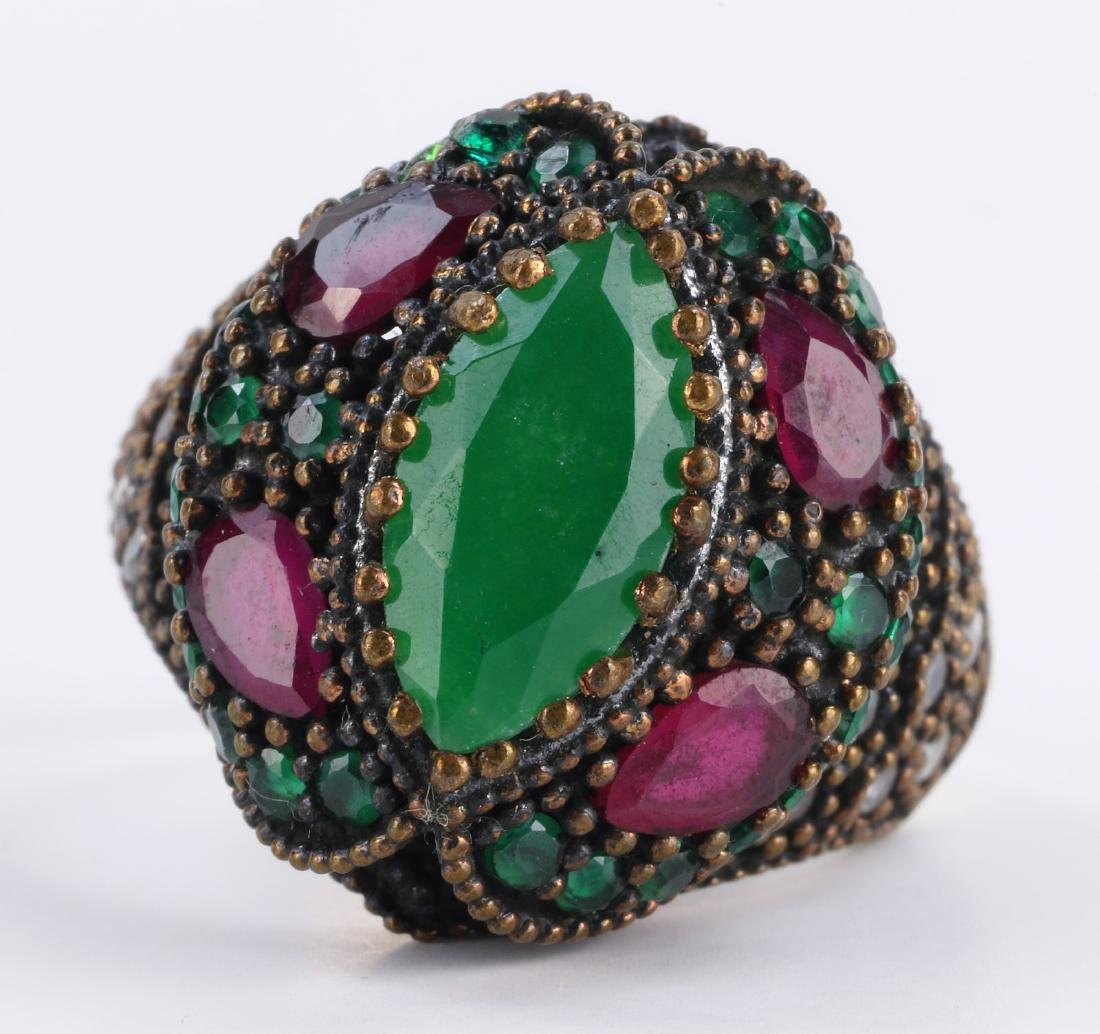 A RUBY & EMERALD STERLING SILVER RING - 3