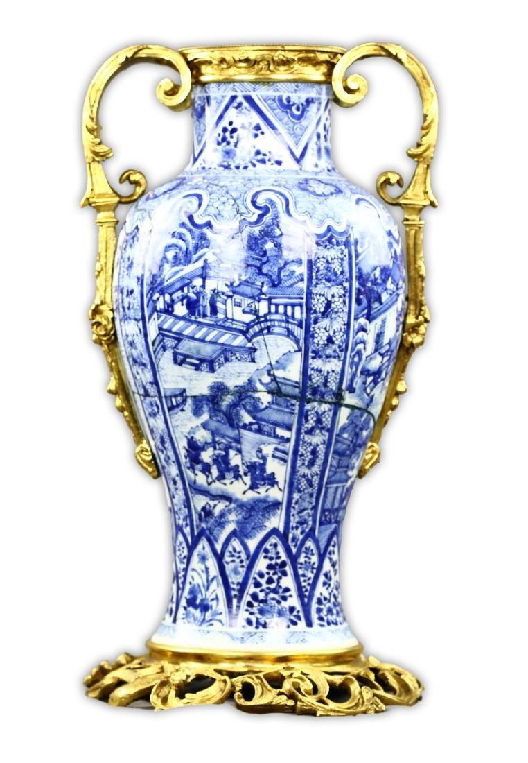 A CHINESE BLUE & WHITE PORCELAIN VASE - 2
