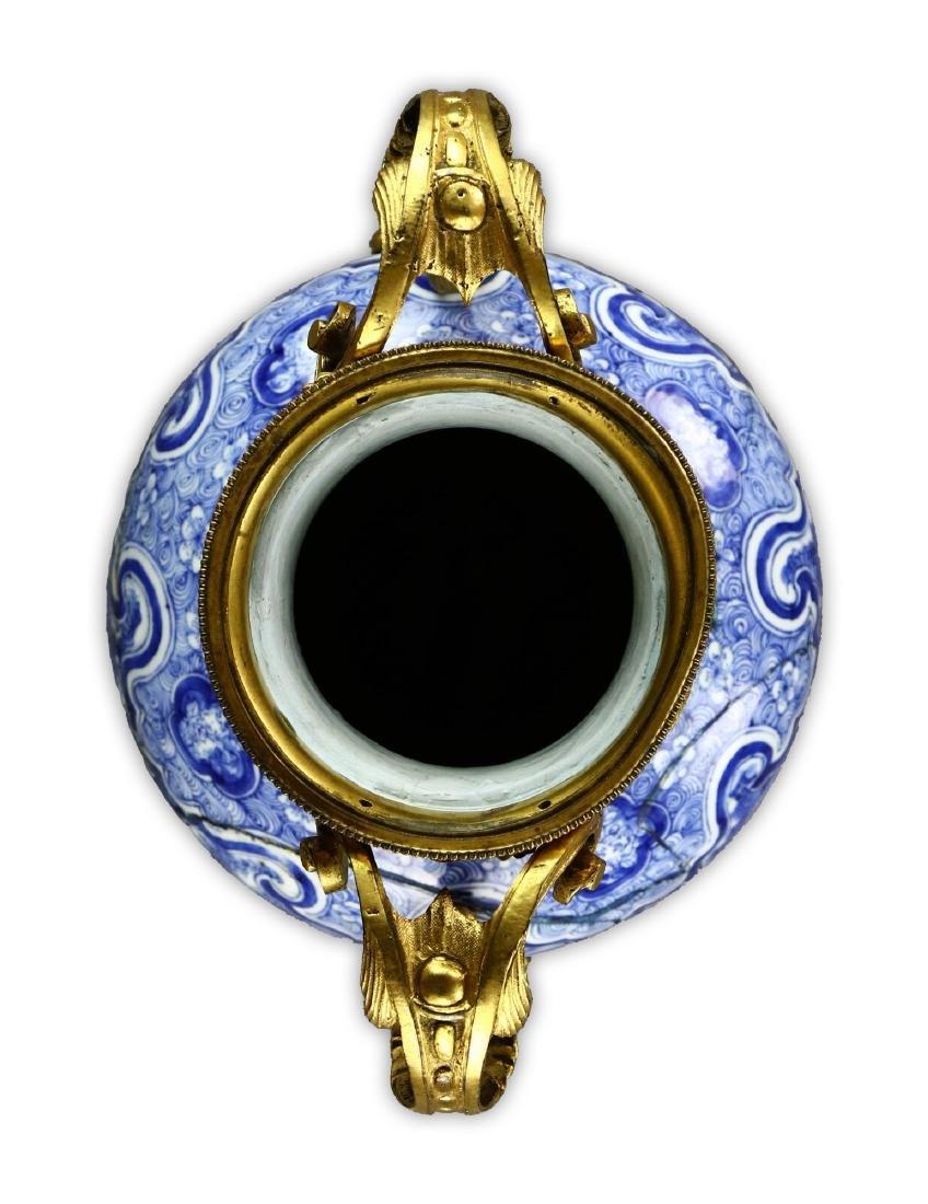 A CHINESE BLUE & WHITE PORCELAIN VASE - 3