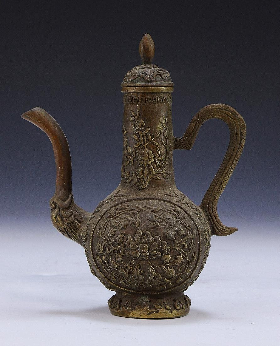 A CHINESE LIDDED BRONZE VESSEL