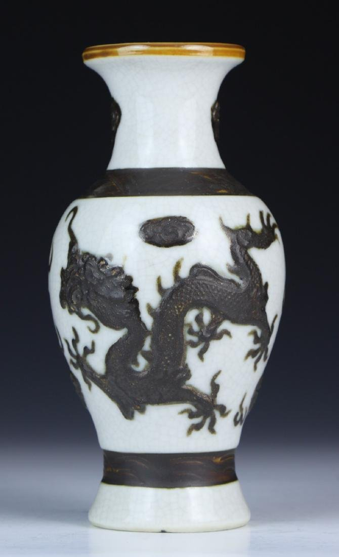A CHINESE PORCELAIN DRAGON VASE
