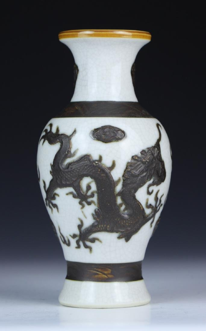 A CHINESE PORCELAIN DRAGON VASE - 2