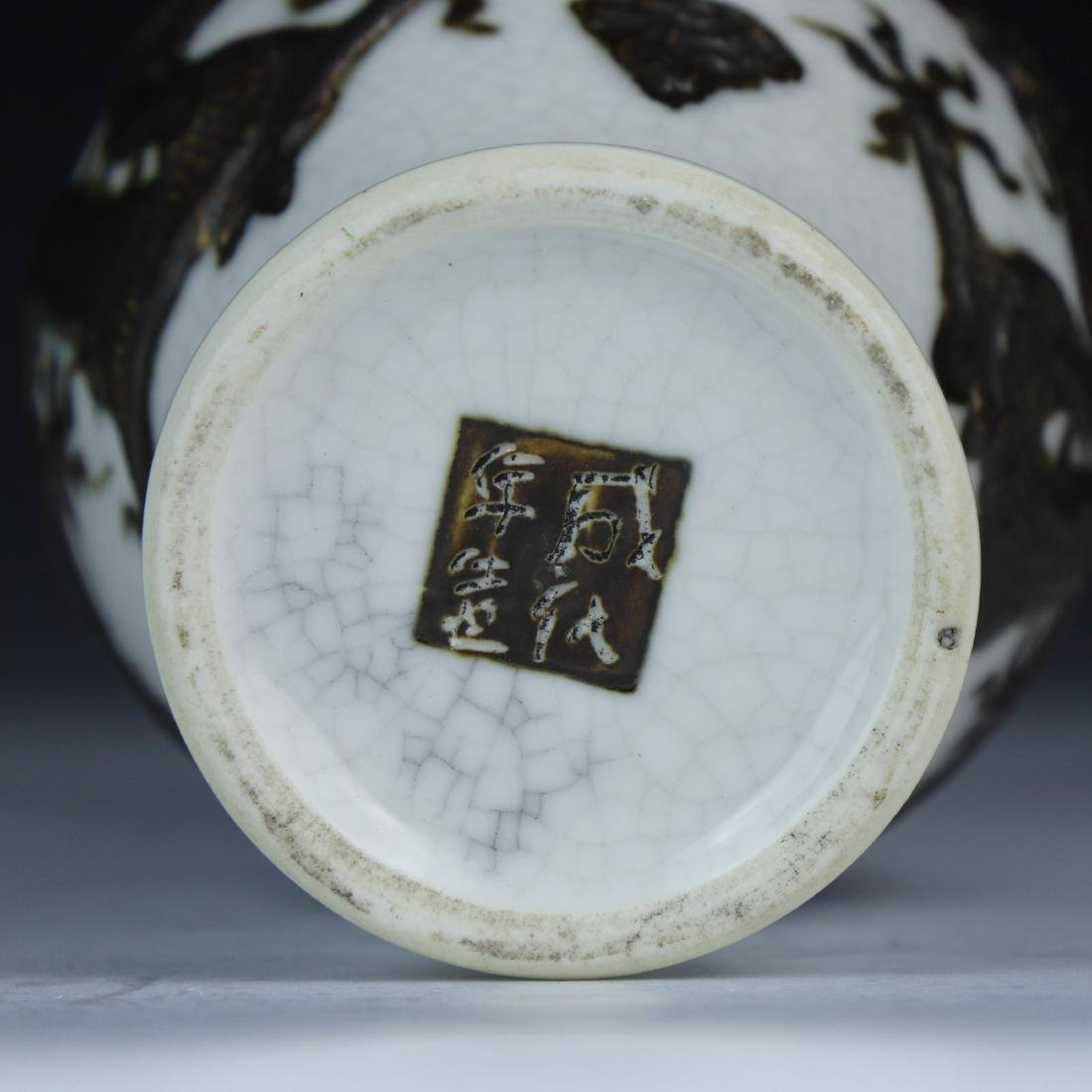 A CHINESE PORCELAIN DRAGON VASE - 4