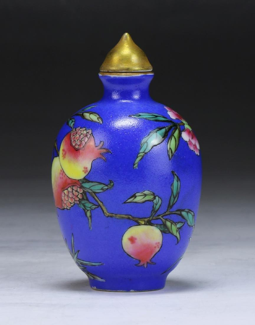 A CHINESE FAMILLE ROSE PORCELAIN SNUFF BOTTLE - 2