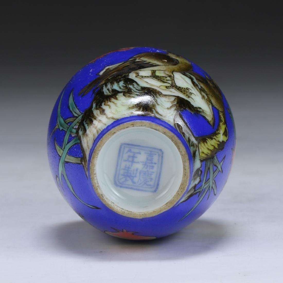 A CHINESE FAMILLE ROSE PORCELAIN SNUFF BOTTLE - 3