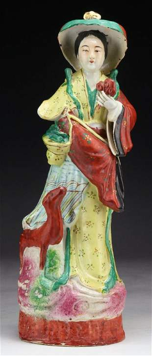 A BIG CHINESE FAMILLE ROSE PORCELAIN BEAUTY FIGURE
