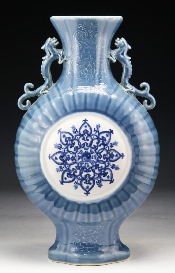 A CHINESE BLUE & WHITE PORCELAIN MOON FLASK