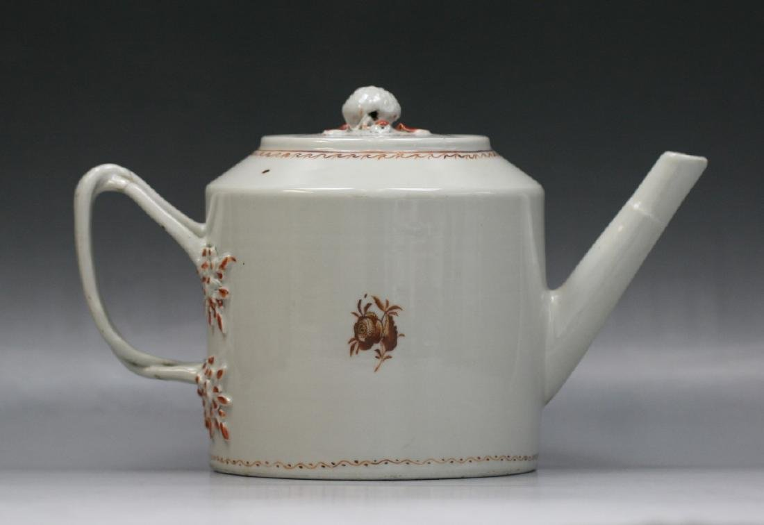 A CHINESE QING EXPORT GILT PORCELAIN TEAPOT