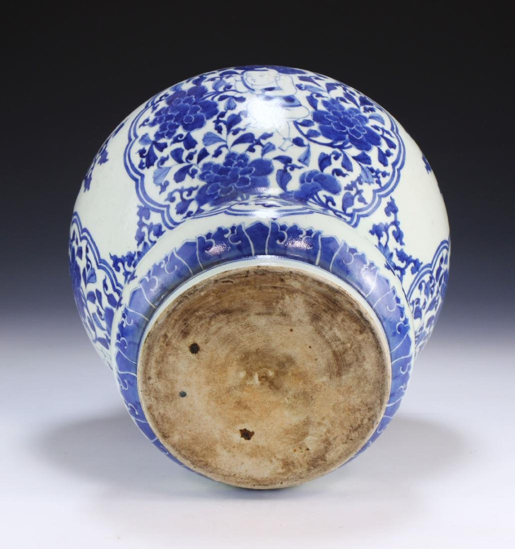 A CHINESE BLUE & WHITE PORCELAIN VASE - 4