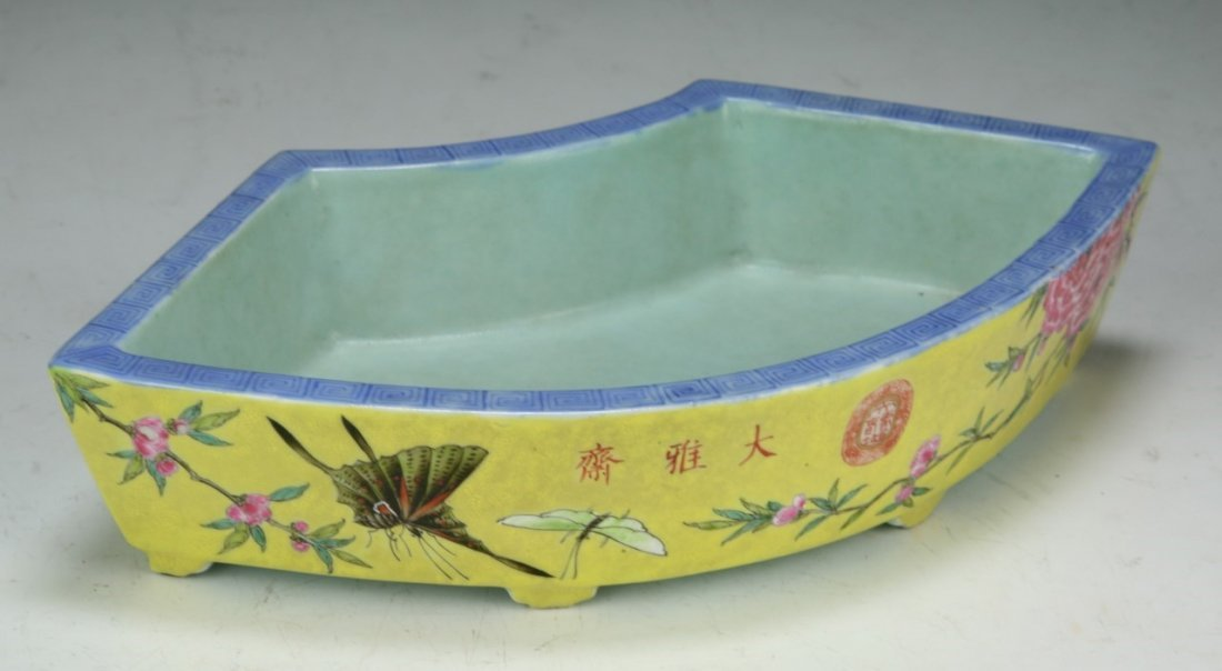 A Chinese Antique Famille Rose Porcelain Sweet Meat